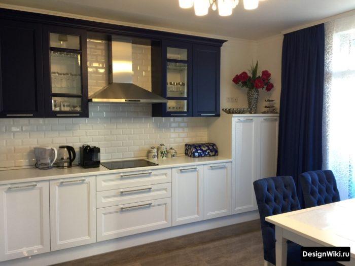 Тёмно-синие шторы на кухне в стиле неоклассика