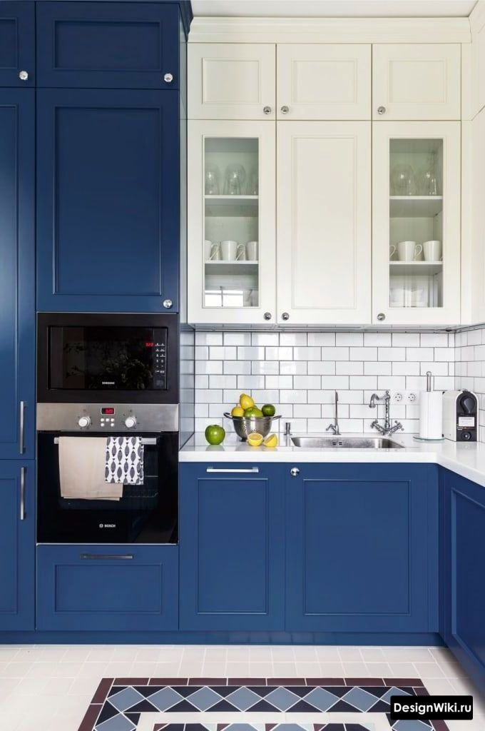 Тёмно-синяя угловая кухня в стиле неоклассика