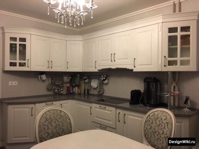 Угловая белая кухня в стиле прованс