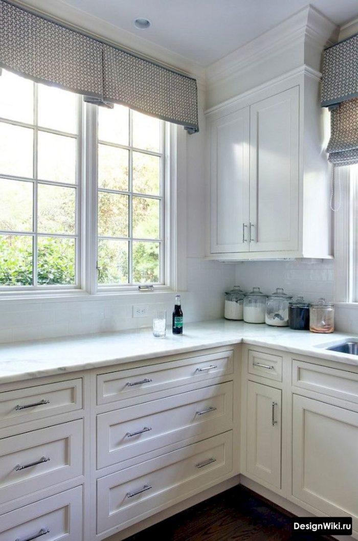 Угловая белая кухня с окном в стиле неоклассика