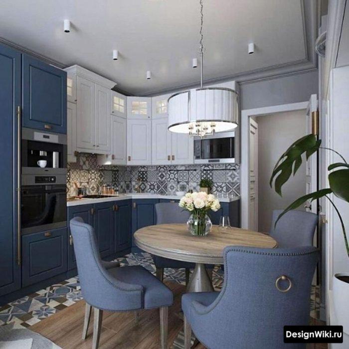 Угловая сине-белая кухня в стиле неоклассика