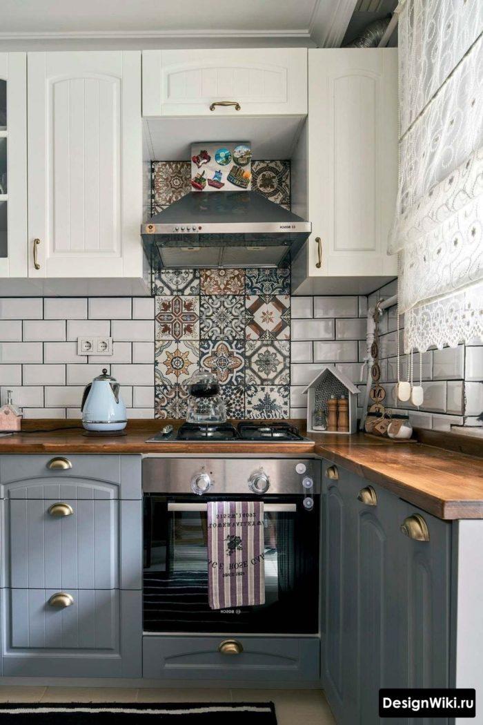 Фартук с белым кабанчиком и узором на кухне в стиле прованс