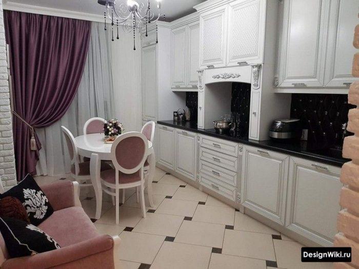 Фиолетовые шторы в интерьере классической кухни