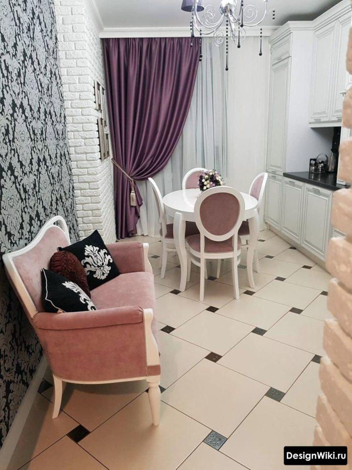 Фиолетовые шторы на белой классической кухне