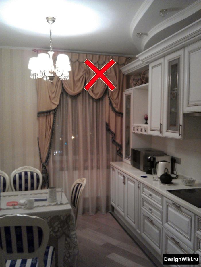 Французские шторы с ламбрекеном и драпировками на кухне