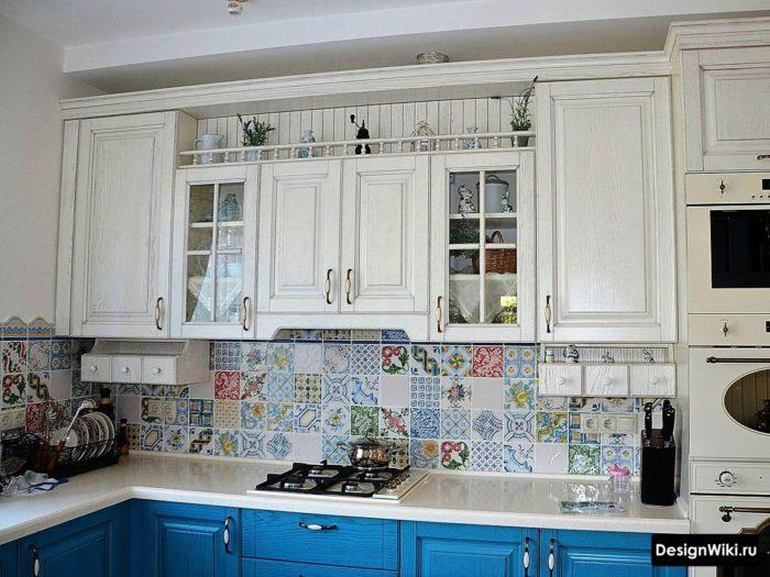 Цветная плитка пэчворк на фартуке кухни в стиле прованс