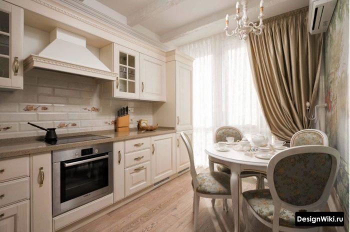 Шелковые шторы топленое молоко на белой кухне