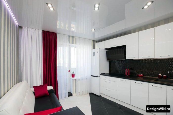 Шторы красного цвета и белая тюль на кухне