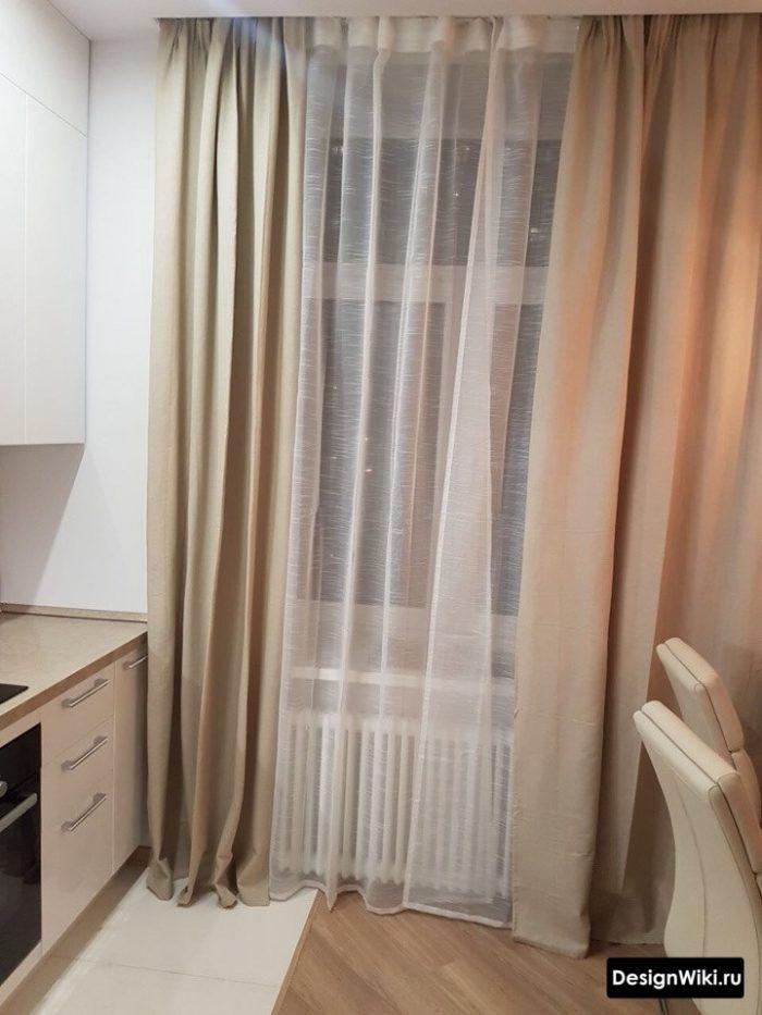 Шторы с тюлем в интерьере кухни с высоким окном
