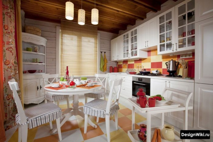 Яркая кухня в смеси стилей кантри и прованс