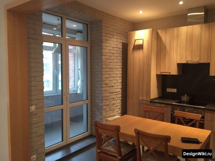 Балкон с откосами из декоративного камня на кухне