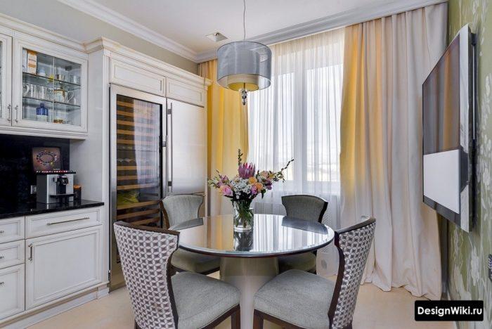 Бежевые шторы в интерьере кухни с балконной дверью в стиле современная классика