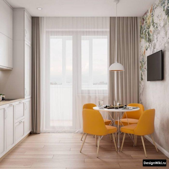 Бежевые шторы на кухне с балконной дверью с современным дизайном