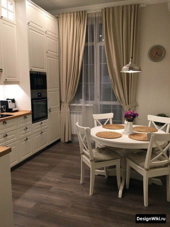 Бежевые шторы с подхватами на кухне в современном стиле с балконной дверью