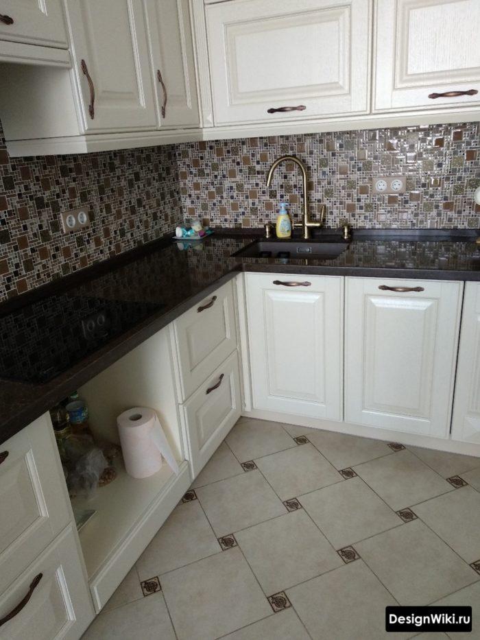 Белая угловая кухня в стиле современная классика