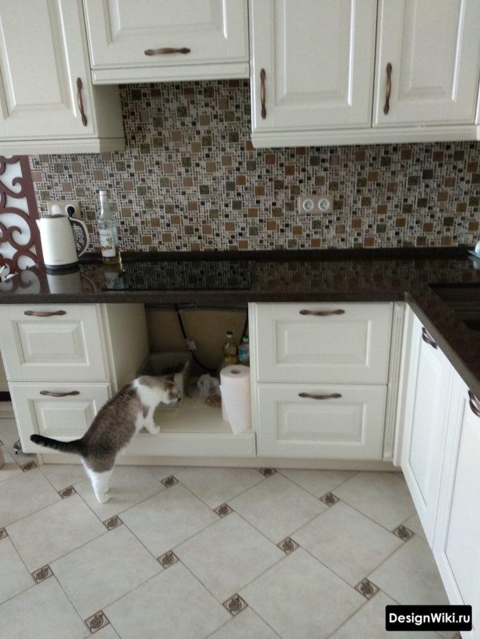 Белая угловая кухня с черной столешницей