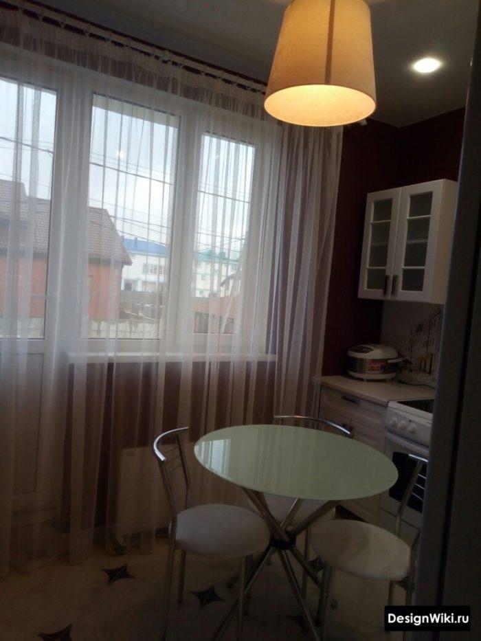 Белый легкий тюль в кухне-столовой с выходом на балкон