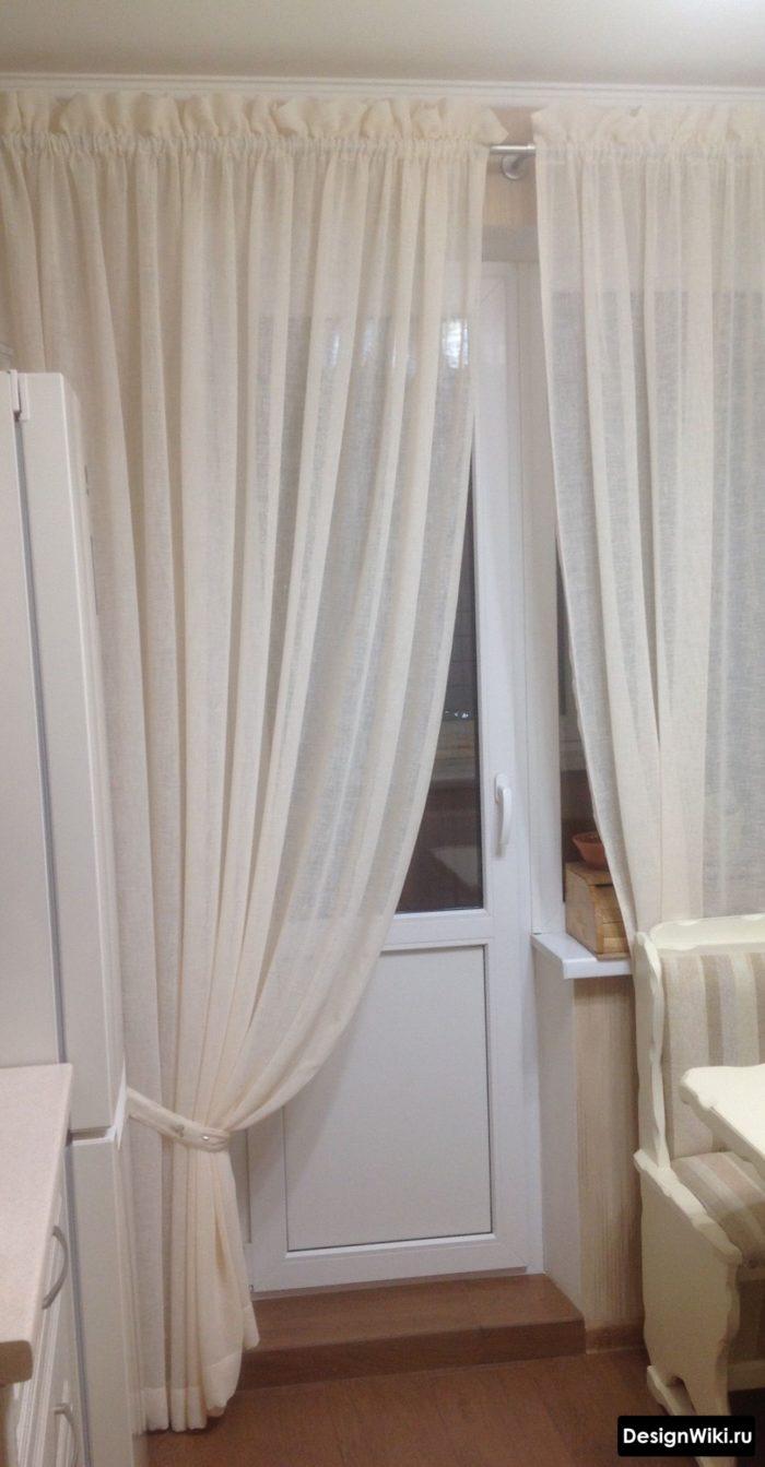 Вариант крепления штор на ленте на кухне с балконом