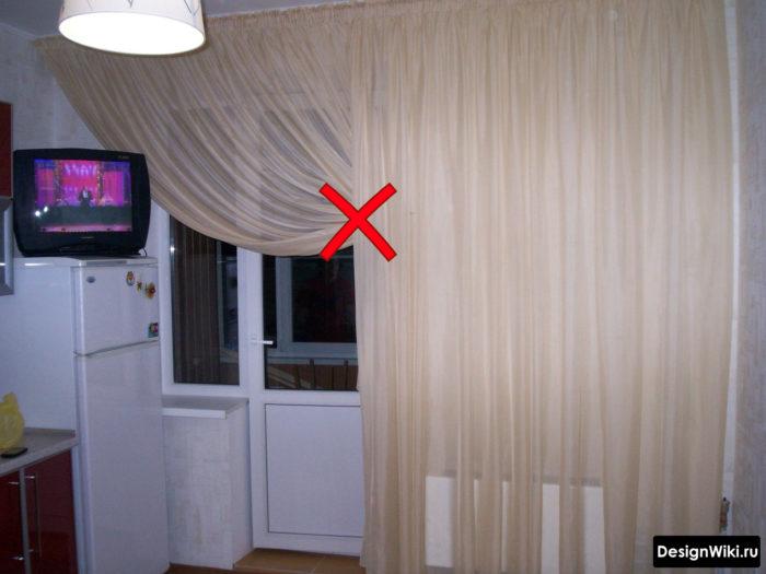 Высокий подхват шторы на кухне возле балконной двери