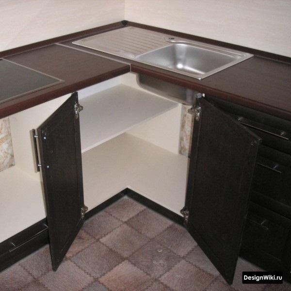 Две распашные дверцы на углу кухни