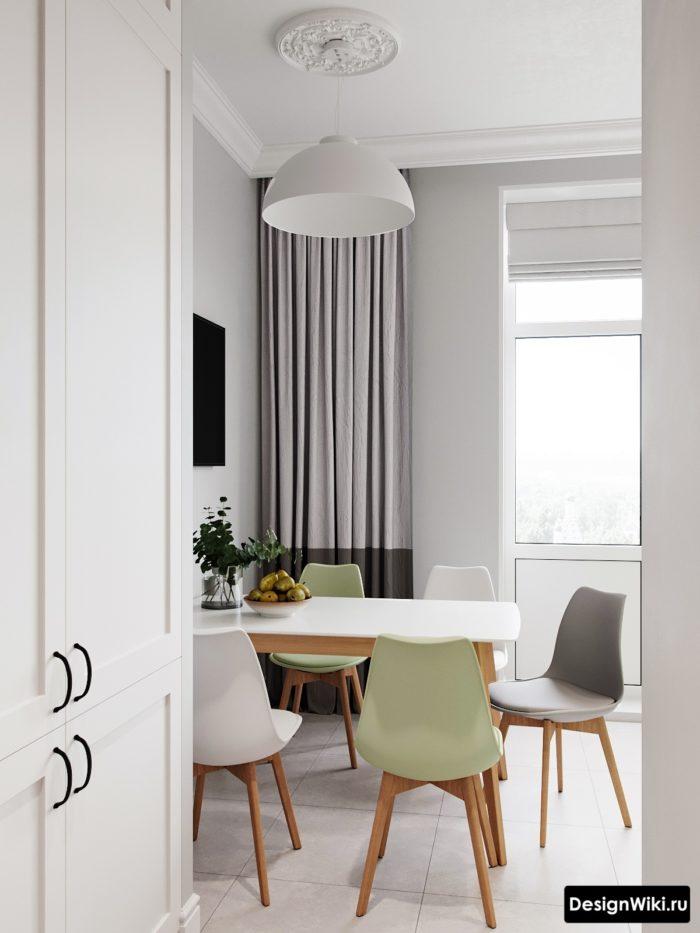Двухцветные шторы в современном дизайне кухни с балконом