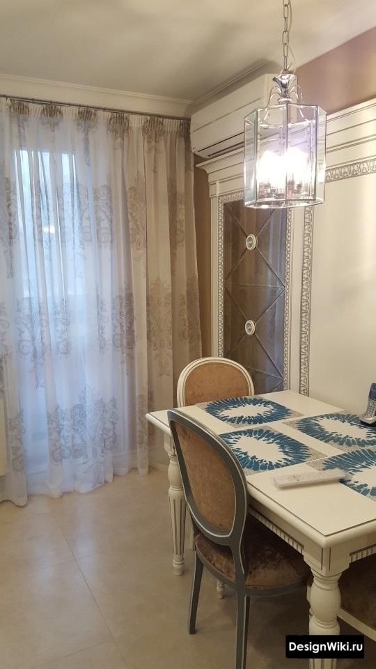Дизайн кухни-столовой с балконной дверью оформленной тюлем