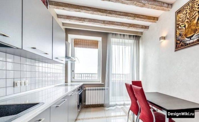 Дизайн кухни с балконом и тюлем