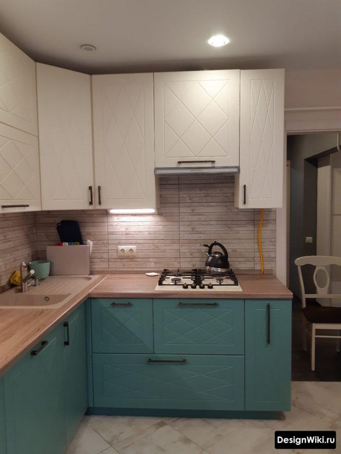Дизайн угловой кухни с мойкой в углу