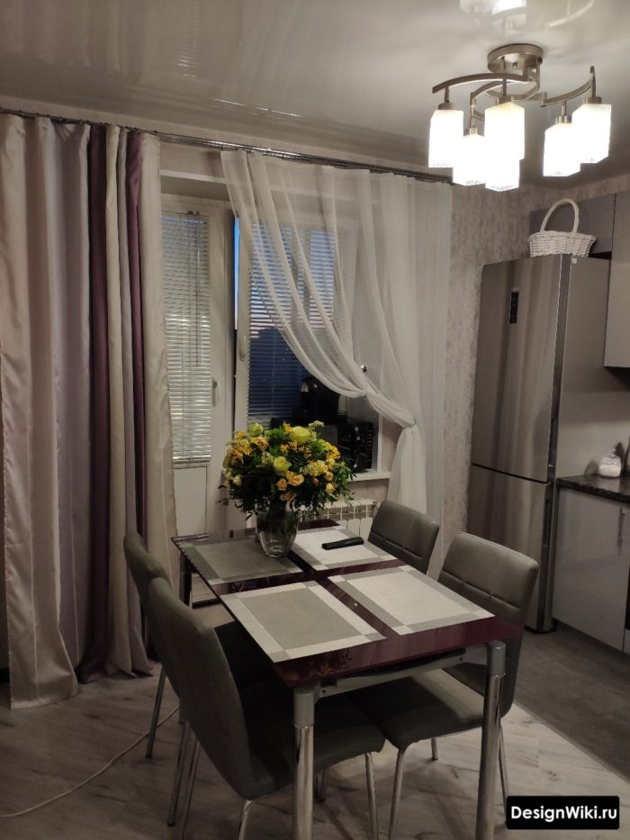 Длинные шторы и подвязанный тюль на кухне с балконной дверью