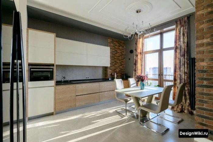 Длинные шторы на настенном карнизе на кухне с балконной дверью