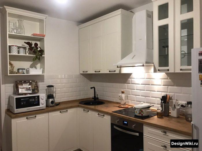 Интерьер маленькой кухни с мойкой в углу