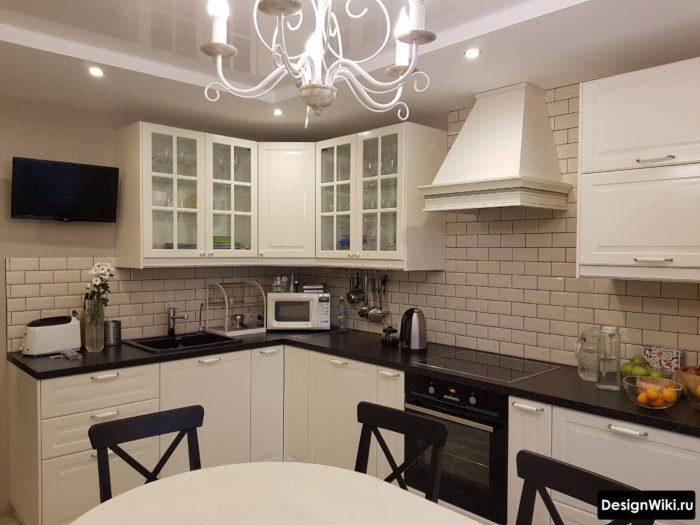 Интерьер угловой кухни в классическом стиле