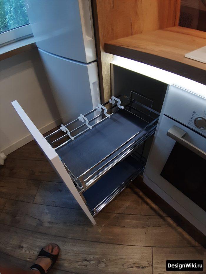 Карго между варочной и холодильником в углу кухни
