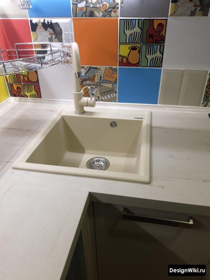 Квадратная мойка в углу кухни