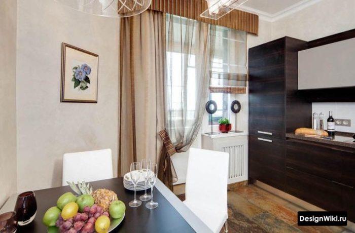 Коричневые шторы с ламбрекеном на кухне с балконным блоком