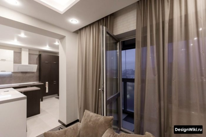 Коричневый тюль в кухне-гостиной с балконной дверью