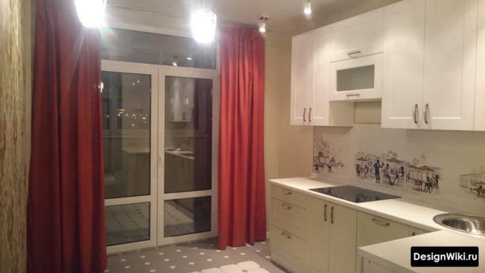 Красные шторы на кухне с балконной дверью