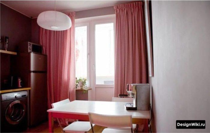 Красные шторы на ленте на кухне с балконной дверью