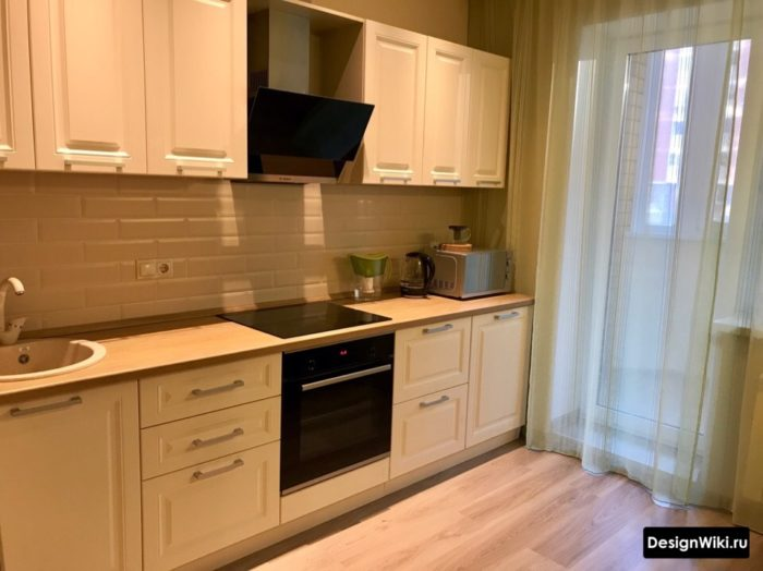 Кухня в скандинавском стиле с балконом и тюлем