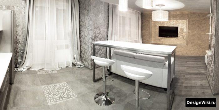 Кухня-гостиная с балконом серебристыми обоями и шторами