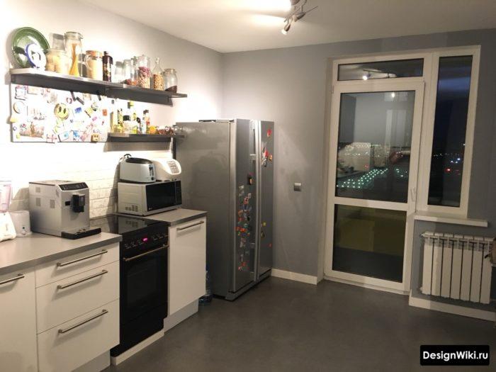 Кухня с балконной дверью без штор