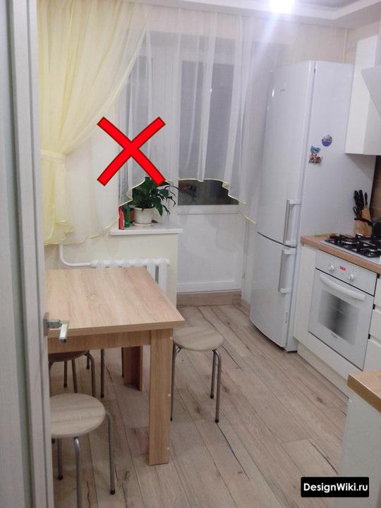 Легкие короткие шторы на кухне с балконной дверью