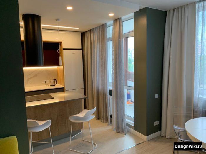 Легкие шторы из вуали на кухне с балконной дверью