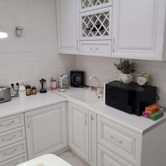Малогабаритная угловая кухня с мойкой в углу