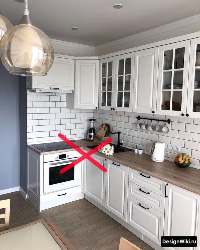 Мойка рядом с плитой в угловой кухне