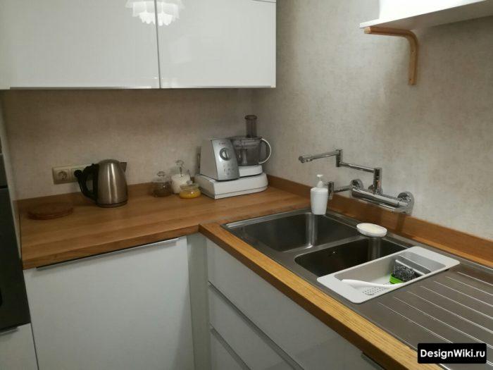 Настенный смеситель на углу кухни