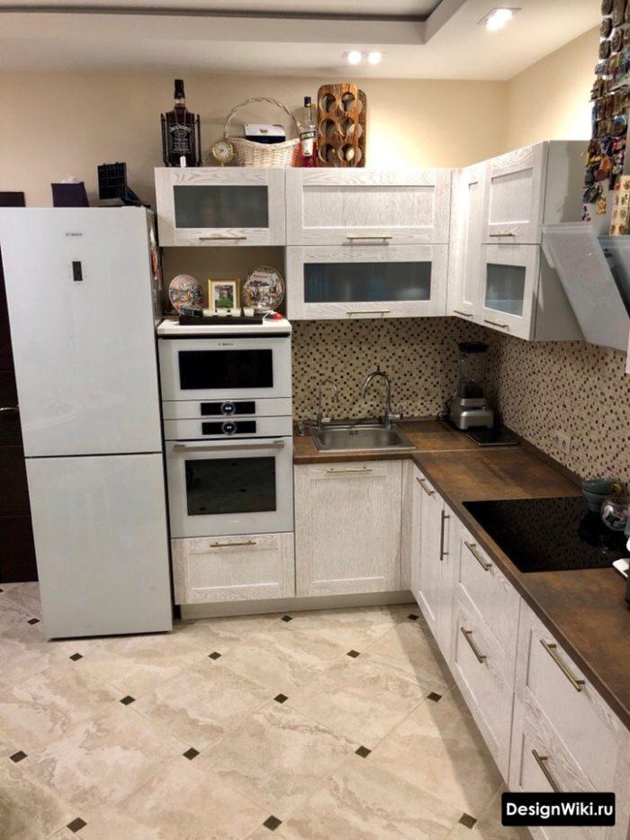 Обжитая кухня с мойкой в углу