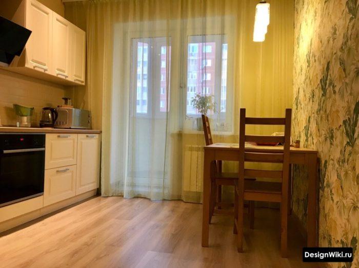 Обои и шторы в кухне с балконной дверью