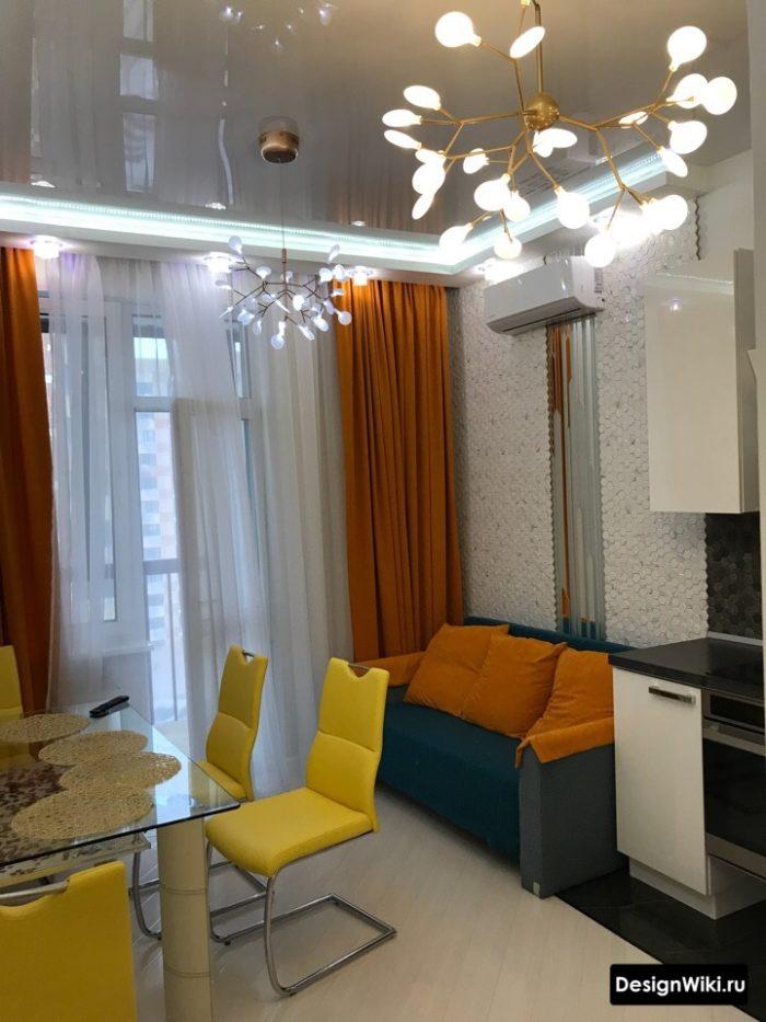 Оранжевые шторы на кухне с балконом