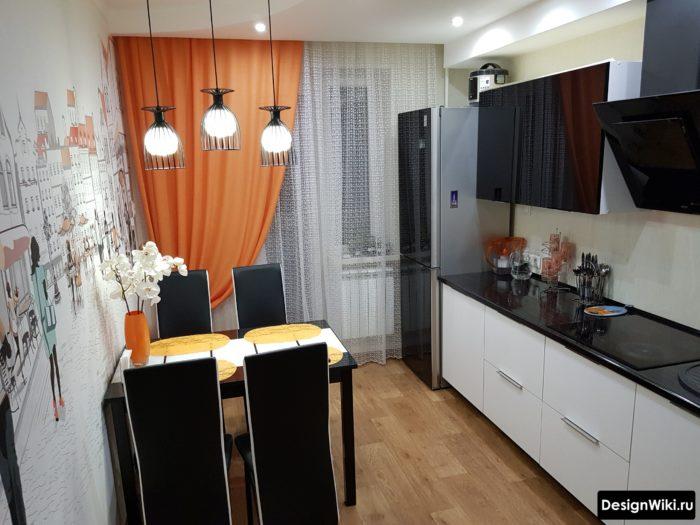 Оранжевые шторы на одну сторону на кухне с балконной дверью